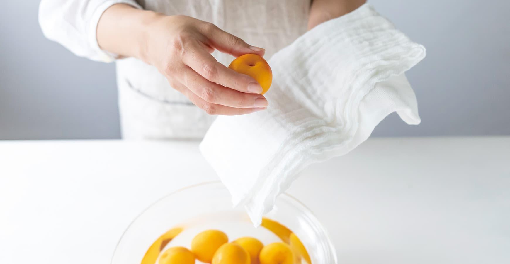 梅干しの漬け方 梅を洗い、水気をとる 石神邑 webコラム